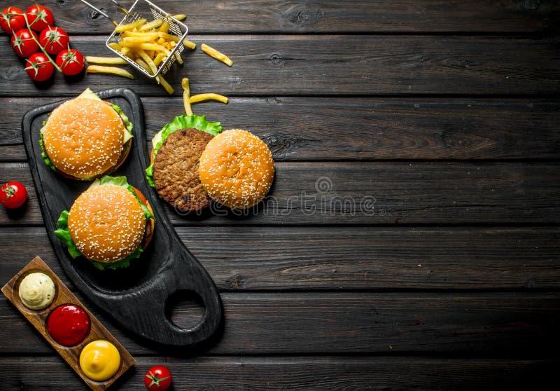 Hamburgery z d?oniakami, kumberlandami i wi?ni?, fotografia royalty free