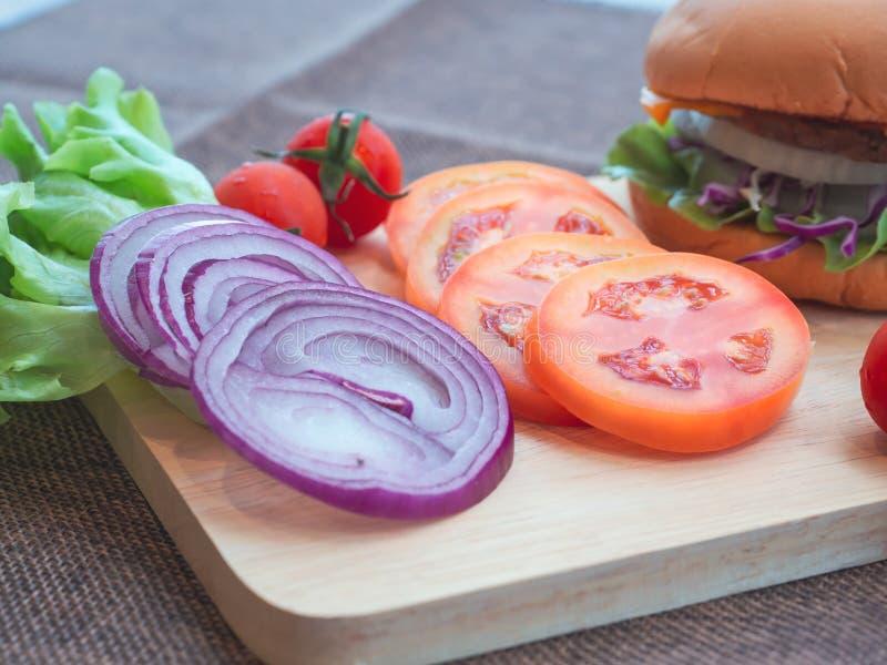 Hamburgery z mięsem i warzywami stawia w warstwie Ja jest obraz stock
