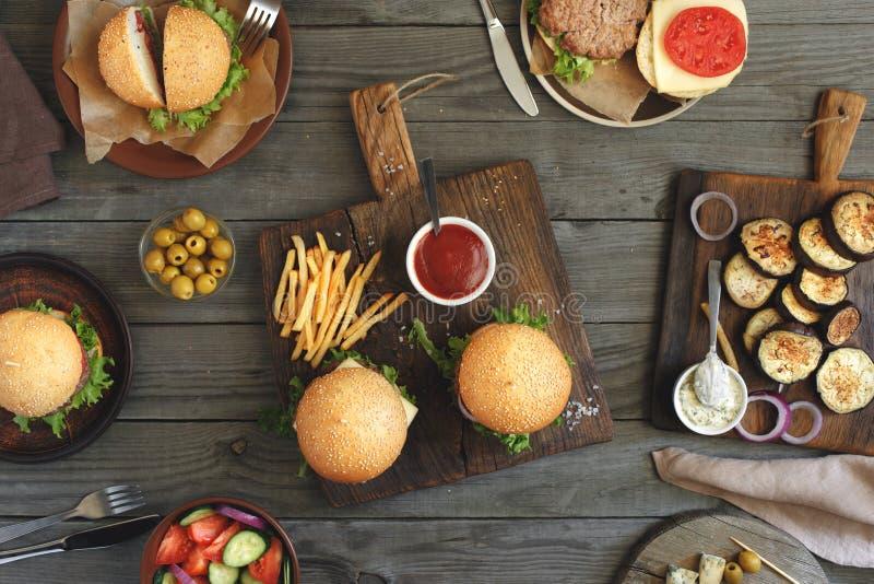 Hamburgery z różnym jedzeniem fotografia stock