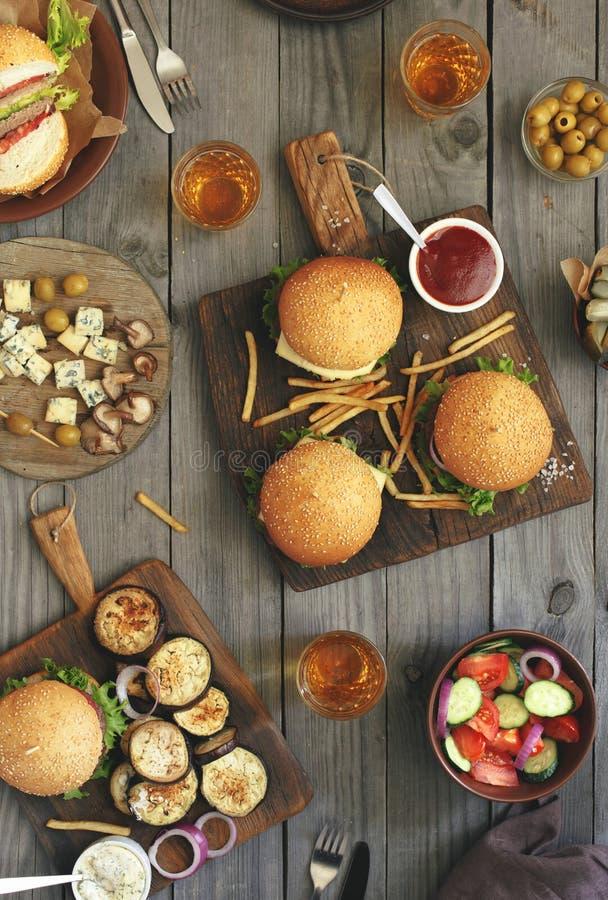 Hamburgery z różnym jedzeniem zdjęcie stock