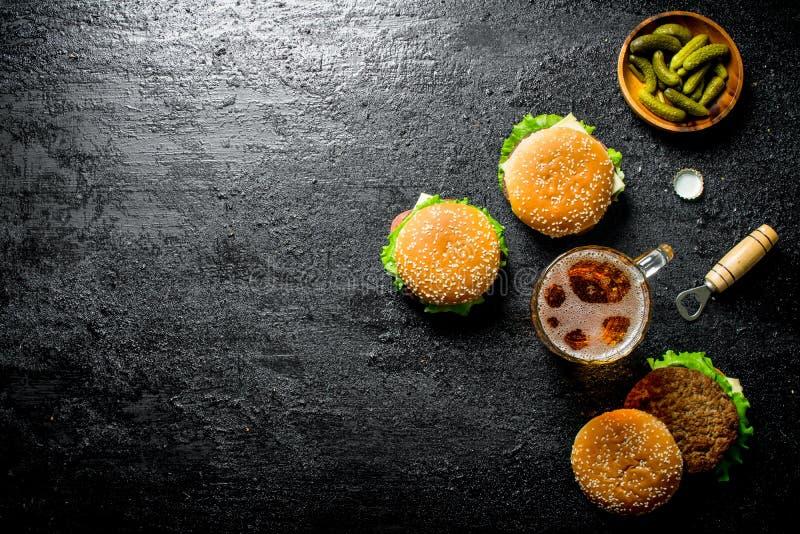Hamburgery z soczystym cutlet wo?owina i piwo w szkle obraz stock