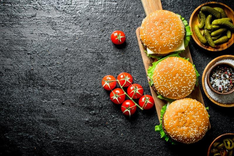 Hamburgery z soczystym cutlet wo?owina i piwo w szkle obrazy stock