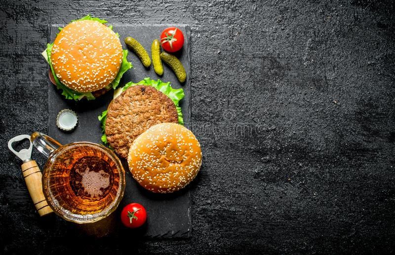 Hamburgery z soczystym cutlet wo?owina i piwo w szkle fotografia stock