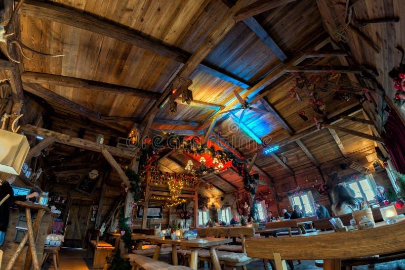 HAMBURGO - ALEMANHA - 1º de janeiro de 2015 - árvore e povos de Natal que têm o almoço na cabine de madeira fotografia de stock royalty free