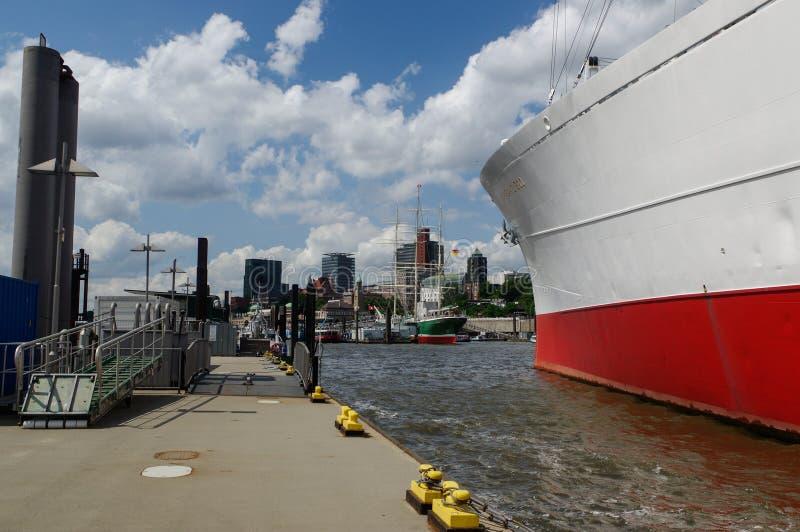 HAMBURGO, ALEMANHA - 18 DE JULHO DE 2015: O MS Cap San Diego é um navio de carga geral, situado como St Pauli do museu dentro - fotografia de stock royalty free