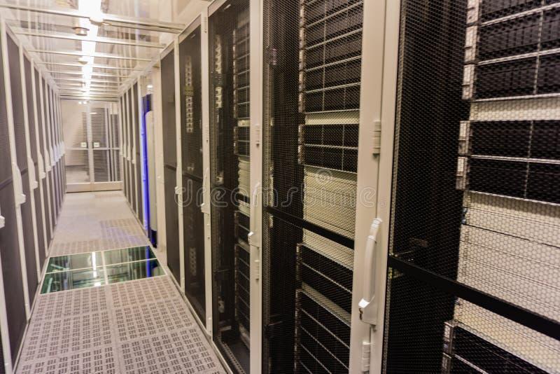 Hamburgo, Alemanha - 25 de junho de 2018: Cubo e interruptor da rede de Serverrack no centro de dados fotos de stock