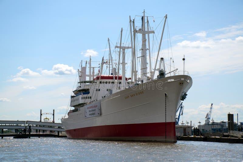 Hamburgo, Alemanha - 11 de junho de 2016: MS Cap San Diego contra o b fotografia de stock