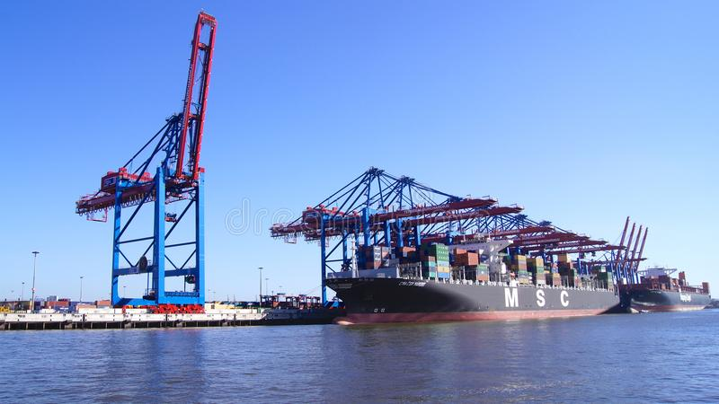 HAMBURGO, ALEMANHA - 8 de março de 2014: Vista no Burchardkai do porto de Hamburgo O navio de recipiente do CAM é descarregado imagens de stock