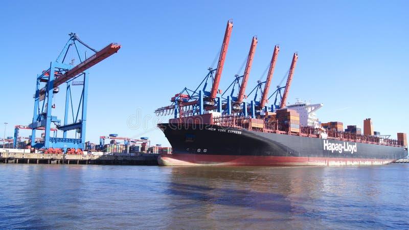 HAMBURGO, ALEMANHA - 8 de março de 2014: Vista no Burchardkai do porto de Hamburgo O navio de recipiente do CAM é descarregado fotos de stock