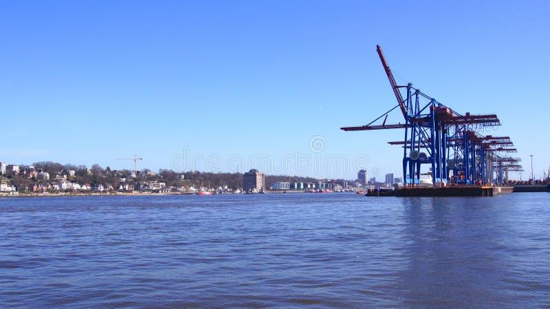 HAMBURGO, ALEMANHA - 8 de março de 2014: Vista no Burchardkai do porto de Hamburgo O navio de recipiente TABEA é descarregado e foto de stock royalty free