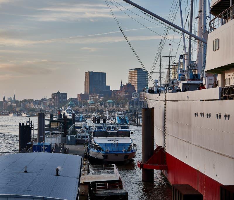 HAMBURGO ALEMANHA - 1º DE NOVEMBRO DE 2015: O tampão famoso San Diego do navio do museu e os barcos sightseeing alinham ao longo  fotografia de stock