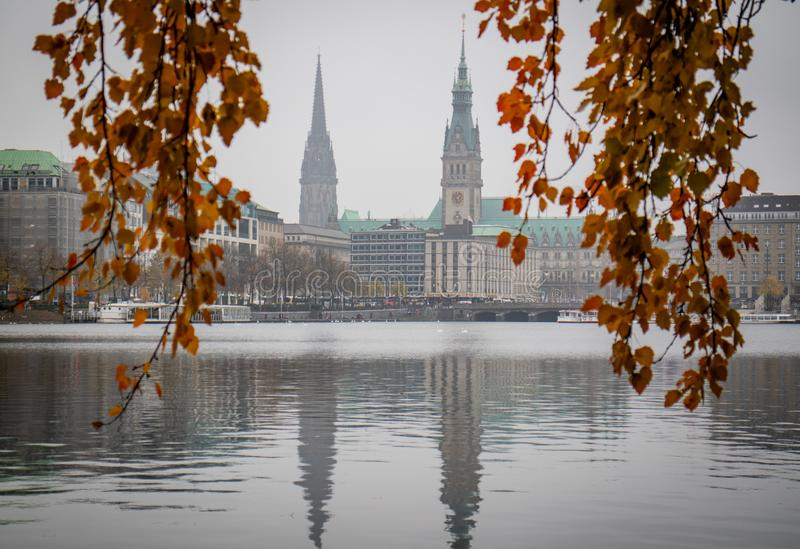 Hamburgo, Alemanha - 1 de novembro de 2018: Foggy Hamburg Panoram Alster, Rathhaus fotografia de stock royalty free