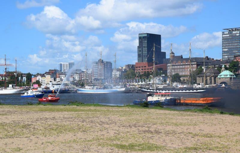 Hamburgo, Alemania: Barco de la bomba del cuerpo de bomberos en la acci?n en el St Pauli-Landungsbrucken, Hafengeburtstag - acont foto de archivo