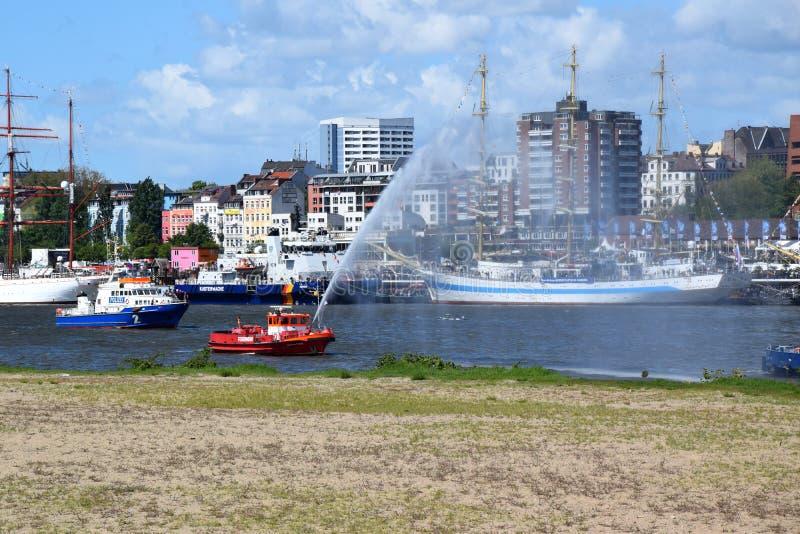 Hamburgo, Alemania: Barco de la bomba del cuerpo de bomberos en la acci?n en el St Pauli-Landungsbrucken, Hafengeburtstag - acont fotografía de archivo
