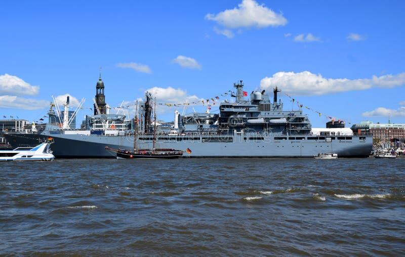 Hamburgo, Alemania: Barco militar en el St Pauli-Landungsbrucken, Hafengeburtstag - celebraci?n del aniversario del puerto foto de archivo libre de regalías