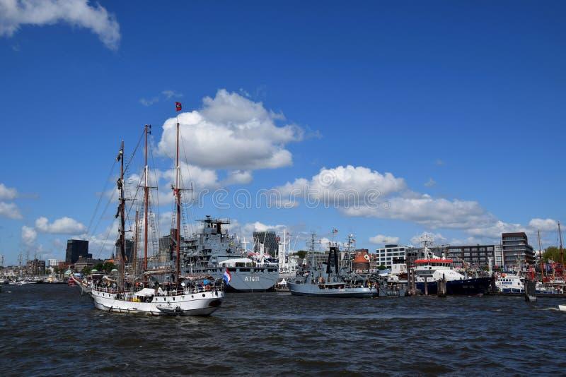 Hamburgo, Alemania: Barcos de navegación en el St Pauli-Landungsbrucken, Hafengeburtstag - celebración del aniversario del puerto imagen de archivo