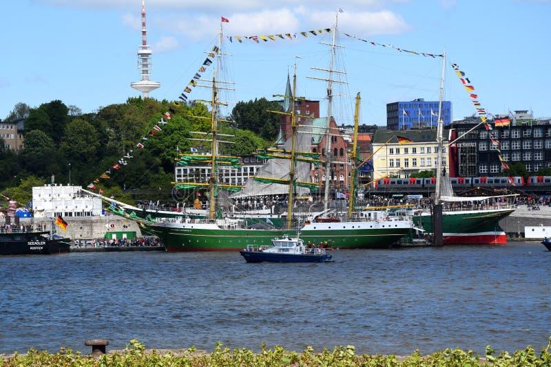 Hamburgo, Alemania: Barcos de navegación en el St Pauli-Landungsbrucken, Hafengeburtstag - celebración del aniversario del puerto foto de archivo libre de regalías