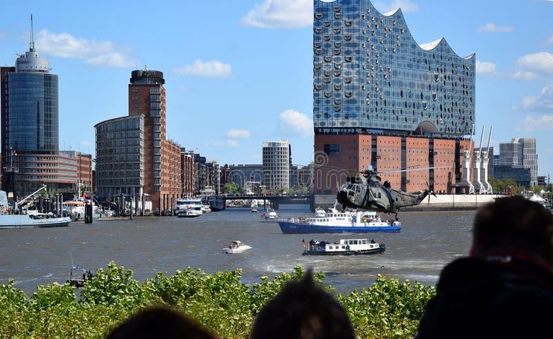 Hamburgo, Alemania: Chopper Rescue Show en el St Pauli-Landungsbrucken, Hafengeburtstag - celebraci?n del aniversario del puerto imagen de archivo libre de regalías