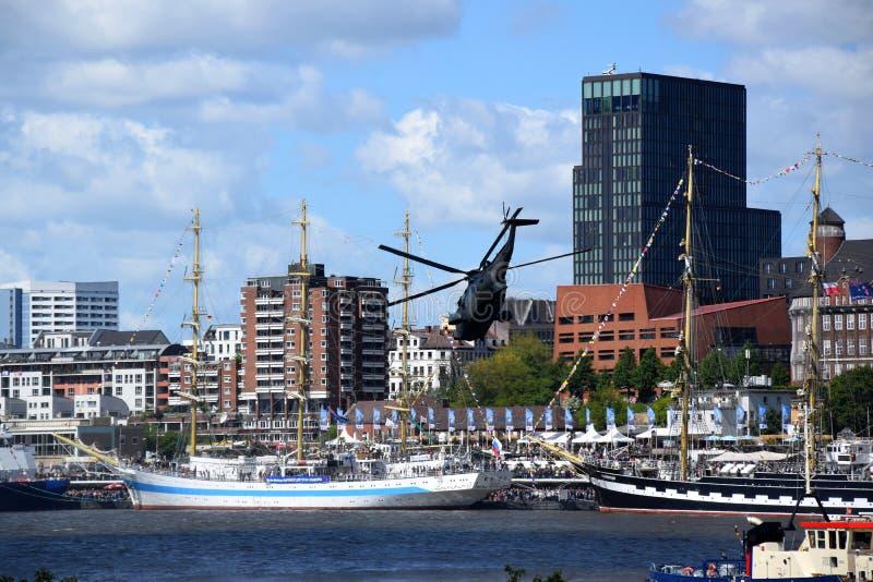 Hamburgo, Alemania: Chopper Rescue Show en el St Pauli-Landungsbrucken, Hafengeburtstag - celebraci?n del aniversario del puerto imagen de archivo