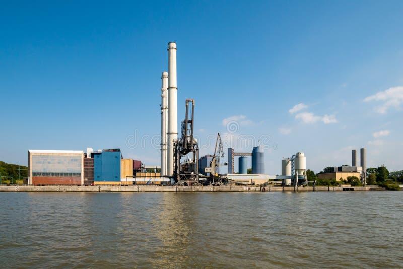 Hamburgo, Alemania - 25 de agosto de 2019 : Vista en la central eléctrica de Wedel y las orillas del río Elbe fotos de archivo
