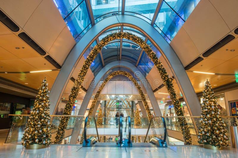 HAMBURGO - ALEMANIA - 30 de diciembre de 2014 - árbol de navidad en tiendas apretadas del paso euro imagen de archivo