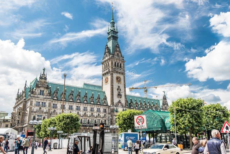 Hamburgo, Alemania - 14 de julio de 2017: La ciudad de Hamburgo con ella ayuntamiento del ` s se está preparando para el evento s fotografía de archivo libre de regalías
