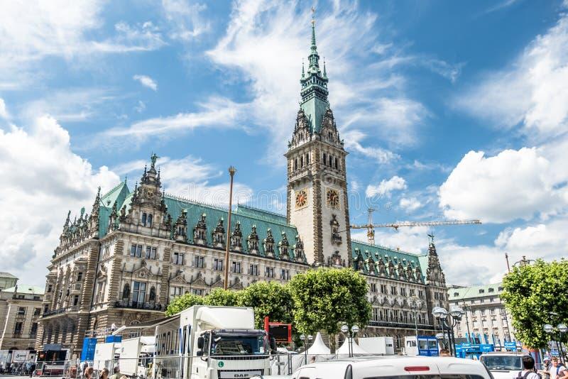 Hamburgo, Alemania - 14 de julio de 2017: La ciudad de Hamburgo con ella ayuntamiento del ` s se está preparando para el evento s fotografía de archivo