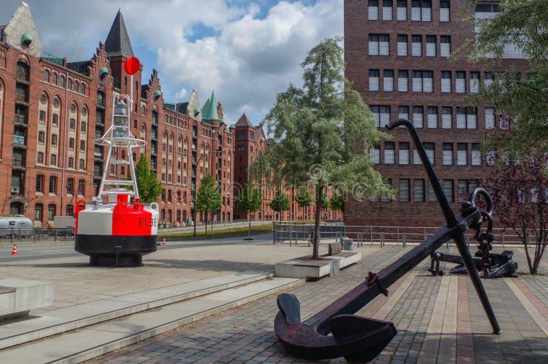 HAMBURGO, ALEMANIA - 18 DE JULIO 2016: Distrito famoso del almacén de Speicherstadt con el ancla y la boya fotografía de archivo libre de regalías