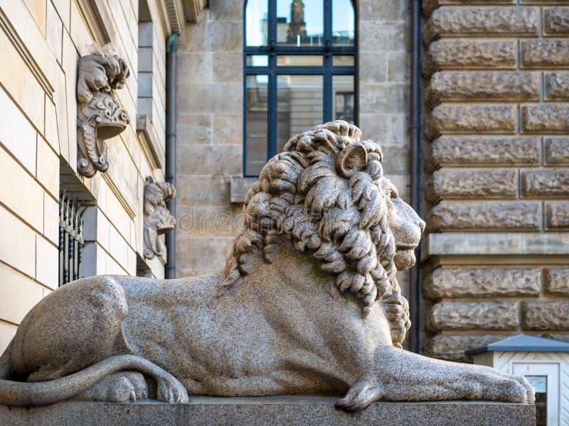 Hamburgo, Alemania - 3 de julio de 2018: Visión en la escultura del león en la entrada al patio en Townhall Hamburgo fotografía de archivo