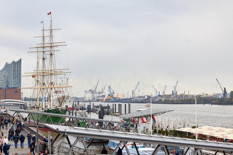Hamburgo, Alemania - 5 de octubre de 2018: Embarcadero del mar en Alemania Vista del puerto de Hamburgo Foto del embarcadero Hamb fotografía de archivo libre de regalías
