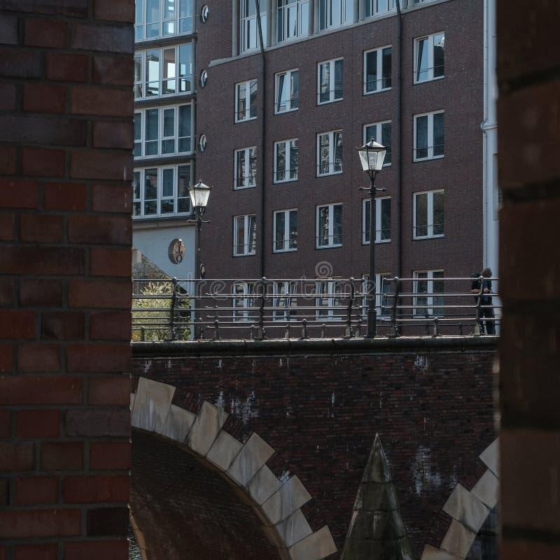 Hamburgo, Alemania, linternas en el puente viejo Ellerntorsbrucke fotografía de archivo