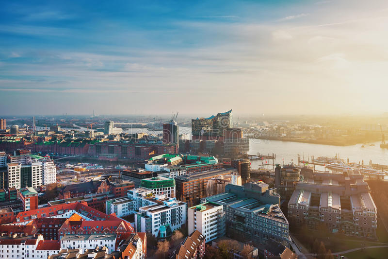 Hamburgo, Alemania Silueta del hombre de negocios Cowering fotografía de archivo