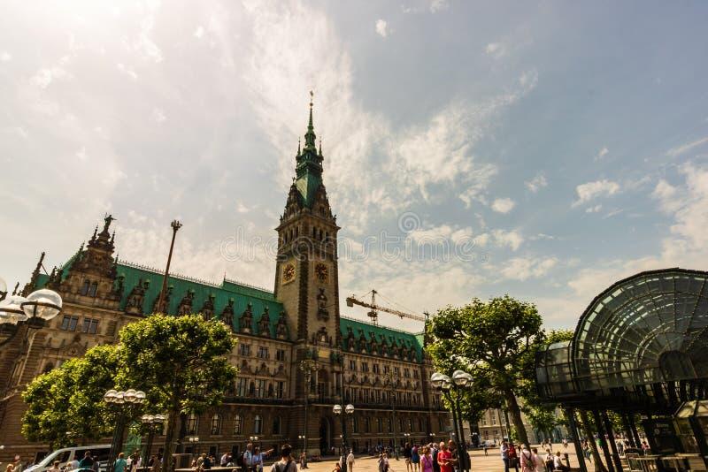 Hamburgo, Alemania - 2019 Turista delante del ayuntamiento icónico de Hamburgo imagenes de archivo