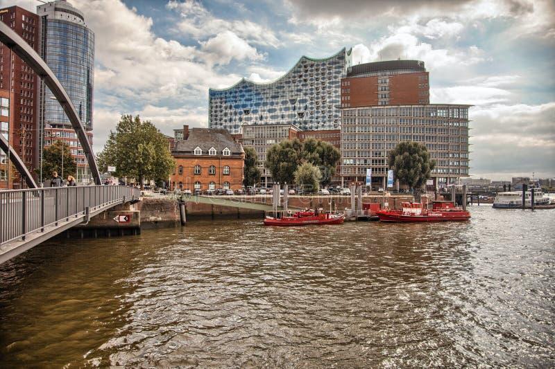 Hamburgo céntrica en un día nublado Barcos que pasan en los canales imagen de archivo