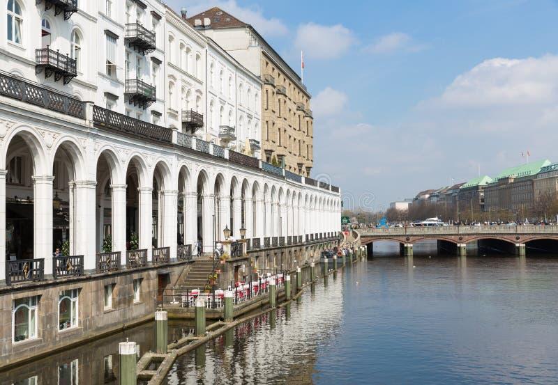 Hamburgo center histórica no towncanal Kleine Alster imagem de stock royalty free