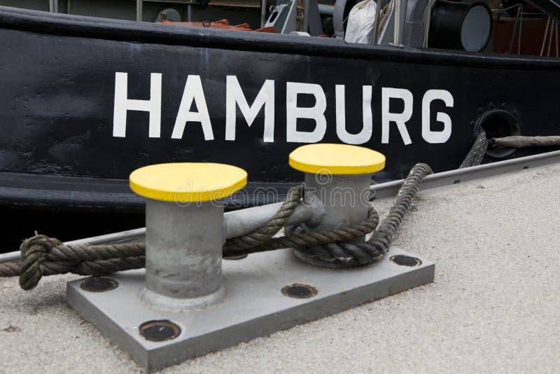 Hamburgo escrita en el remolcador fotos de archivo