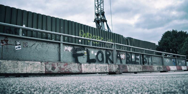 Hamburgo, flora, protesto, parede, grafitti, etiqueta, moderna, pulverizador, fotografia de stock royalty free