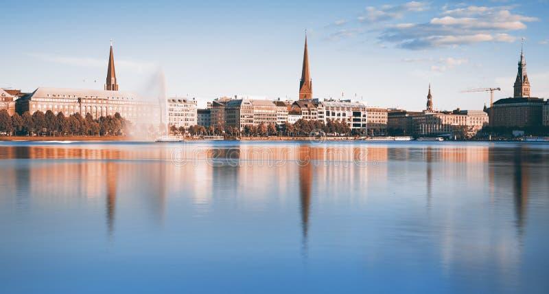 Hamburgo, iew a través del lago interno Alster fotos de archivo