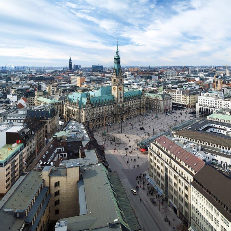 Hamburgo, vista ayuntamiento y el panorama de la ciudad imágenes de archivo libres de regalías