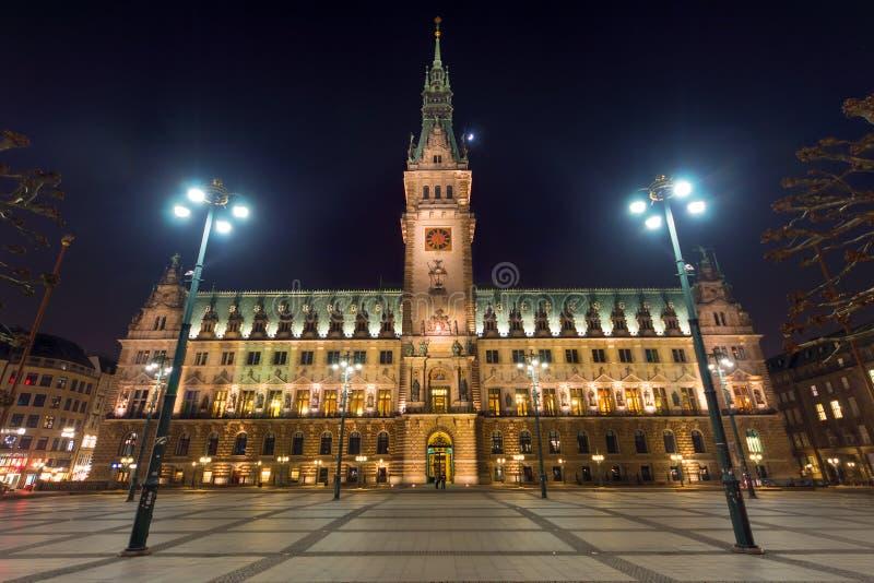 Hamburgs townhall przy nocą obrazy stock