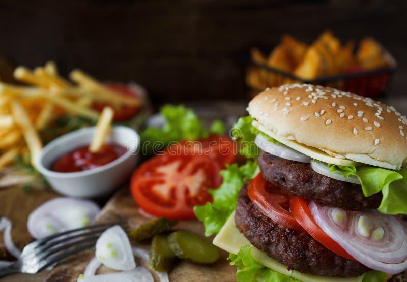 Hamburguer caseiro, batatas fritadas, batatas fritas, grupo do fast food fotografia de stock