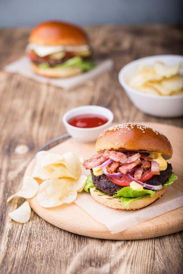 Hamburguer com bacon na placa de madeira imagem de stock royalty free