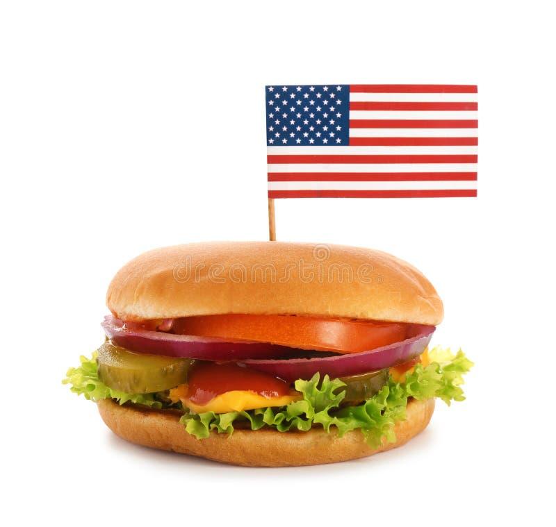 Hamburguer com a bandeira pequena dos EUA no fundo branco fotos de stock