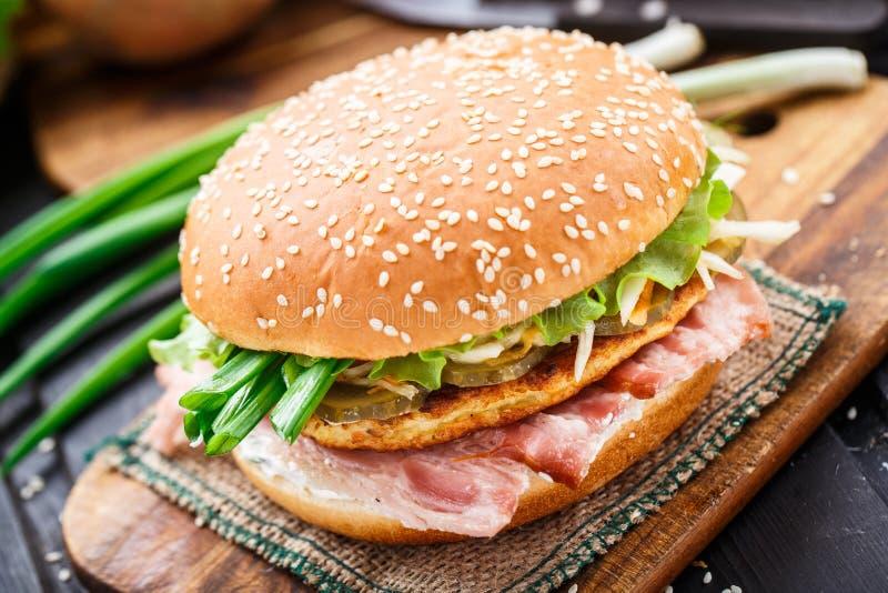 Hamburguer com panqueca e bacon de batata imagens de stock royalty free