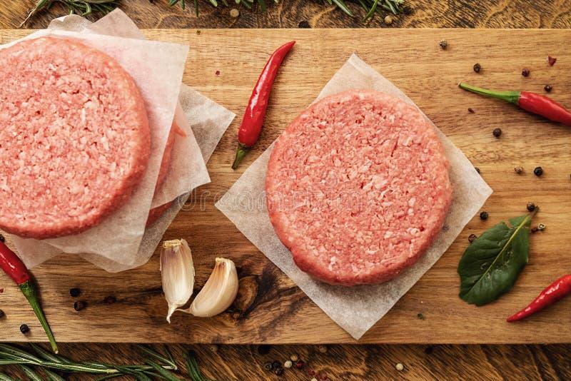 Hamburguer cru da carne, assado tradicional, ainda vida com vegetais e carne fotos de stock