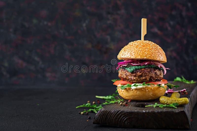 hamburguer do Hamburger com carne, tomate, queijo da manjericão e rúcula imagem de stock