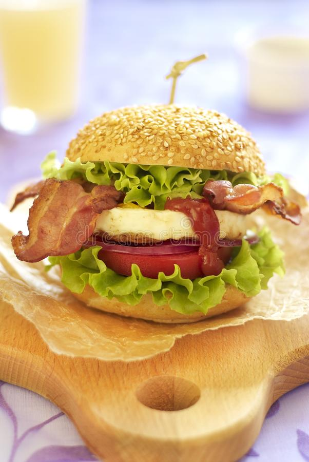 Hamburguer do ovo com vegetais e bacon fritado imagem de stock