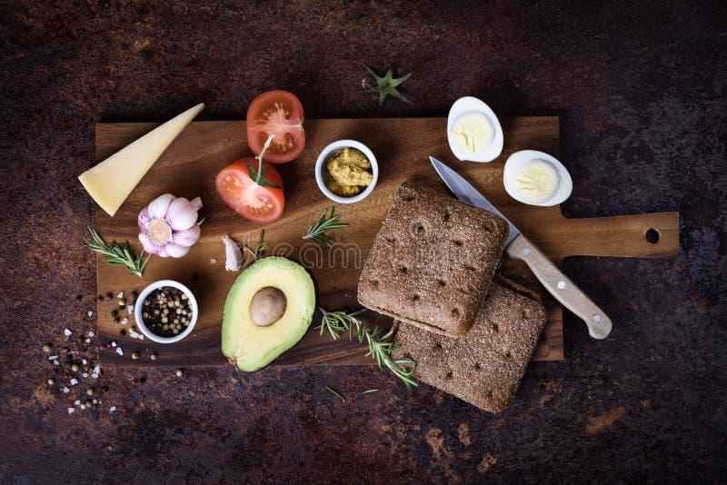 Hamburguer do vegetariano com abacate, queijo e ovo na placa de madeira Vista superior, configuração lisa imagens de stock