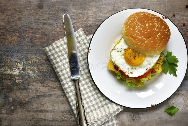 Hamburguer do vegetariano com guacamole e o ovo roasted Vista superior fotografia de stock