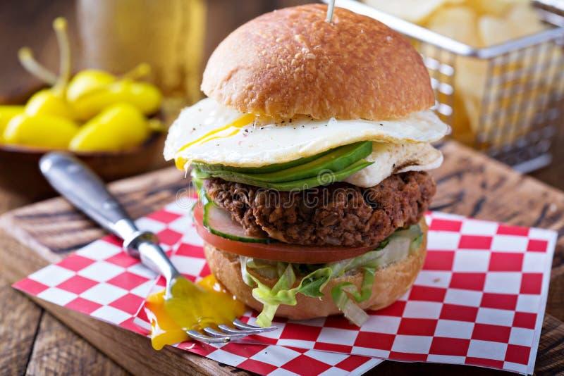Hamburguer do vegetariano com ovo e abacate imagem de stock royalty free